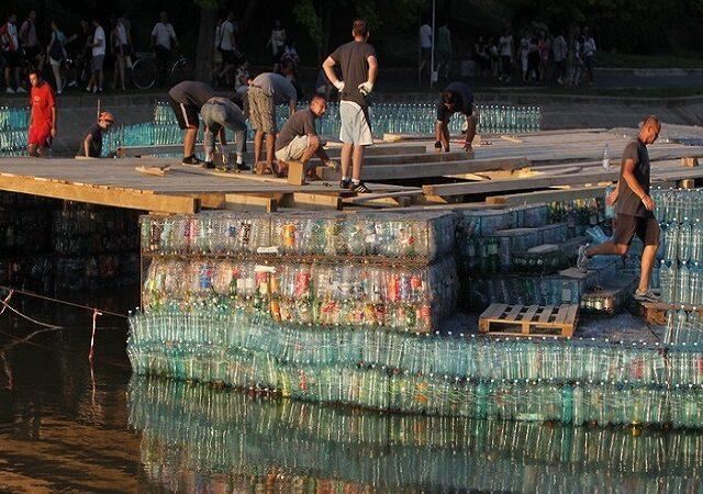 Podul din sticle de plastic plutește pe Bega