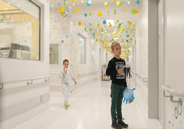 Când sistemul omoară copiii, Asociația Dăruiește Viață le dă o nouă șansă! Secția de oncologie din Brașov renovată la standare occidentale