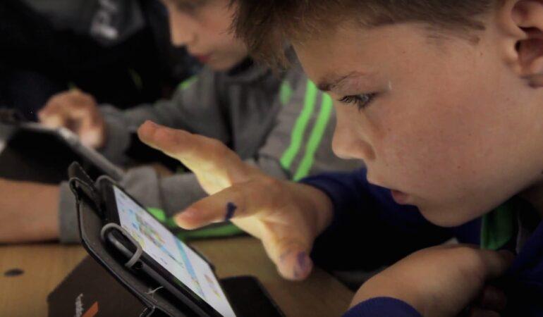 Digitaliada. Elevii din 30 de școli de la țară țin orele de Mate și Info pe tablete