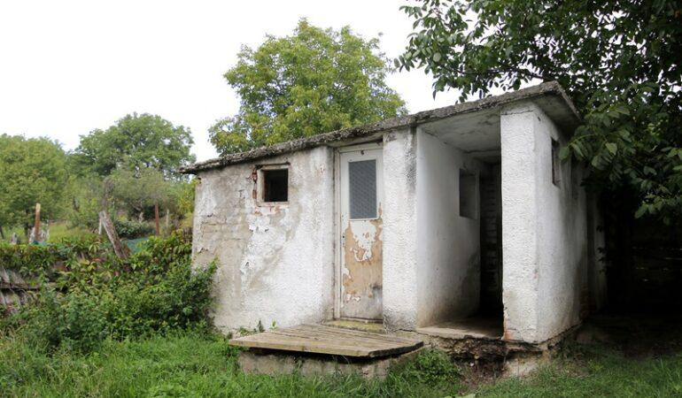 Ca pe vremea (stră)bunicilor: 2.500 de școli au toaleta… în curte