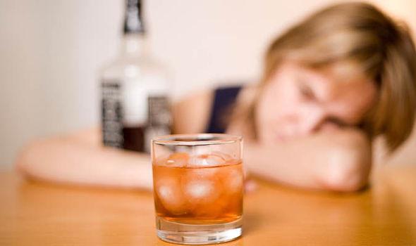 Alarmant. 9 din 10 liceeni beau alcool, unul din 10 se droghează, în Caraș Severin