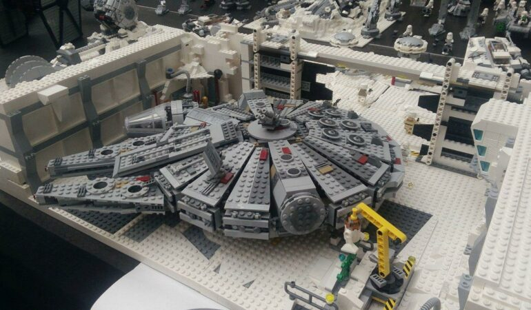 Milioane de piese LEGO® pentru copiii pasionați de construcții