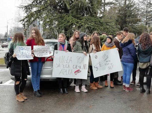Elevii din Constanța au ieșit în stradă. Vor reducere pe transportul public