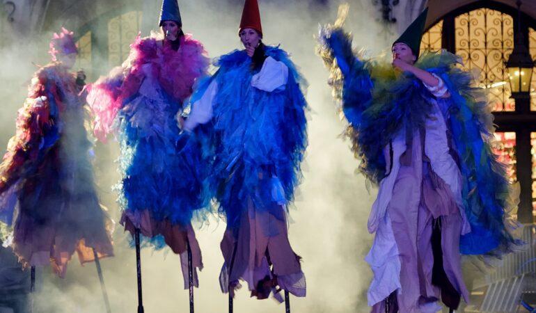 Actori zburători și efecte speciale, în fața Teatrului din Timișoara. Începe FEST, iar accesul publicului e LIBER