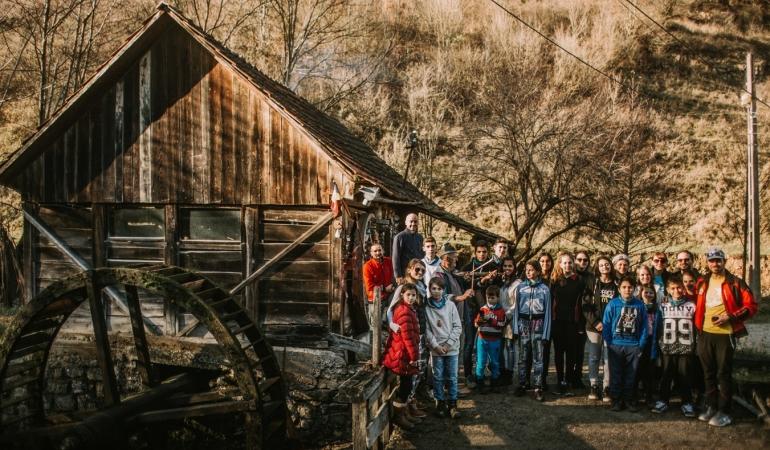 Mini-vacanță într-o casă tradițională romanească pentru copiii orfani din Arad