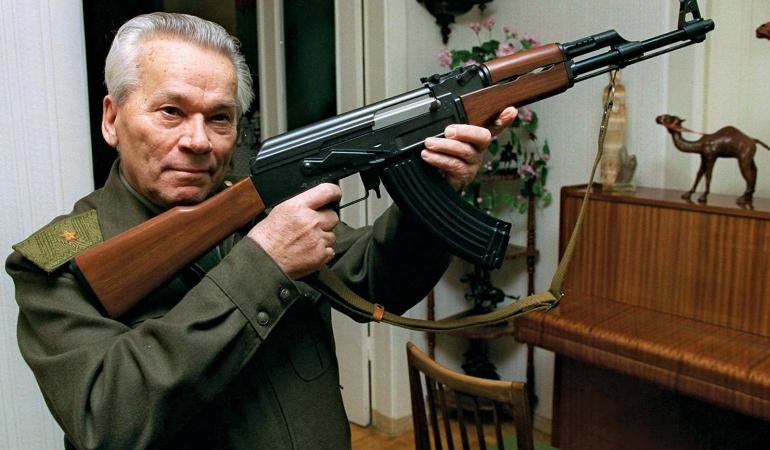 Elevii ruși învață la școală să folosească arma Kalașnikov