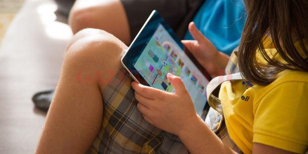 Ingrijorător: într-o zi obișnuită de școală, copiii petrec peste șase ore online