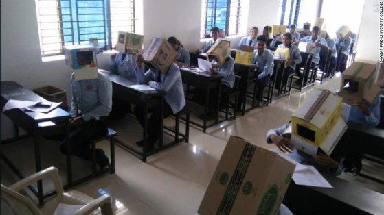 India – pentru a nu copia, elevii și-au pus pe cap cutii de carton