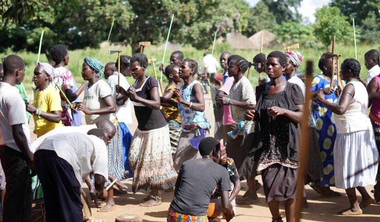 În Uganda copiii soldat dansează