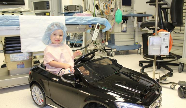 La o clinică din California – copiii conduc mașinuțe spre sala de operație