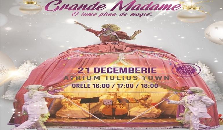 Grande Madame, o păpușă gigantică și fermecătoare, te invită în Iulius Town