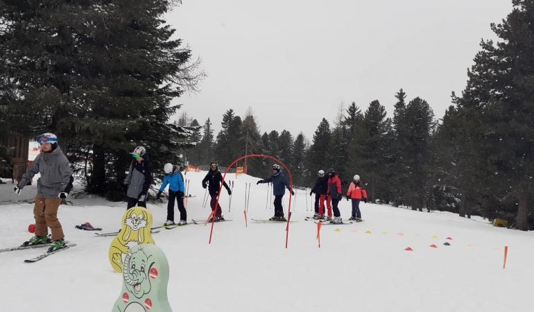 Copiii îşi învaţă părinţii să schieze în Austria