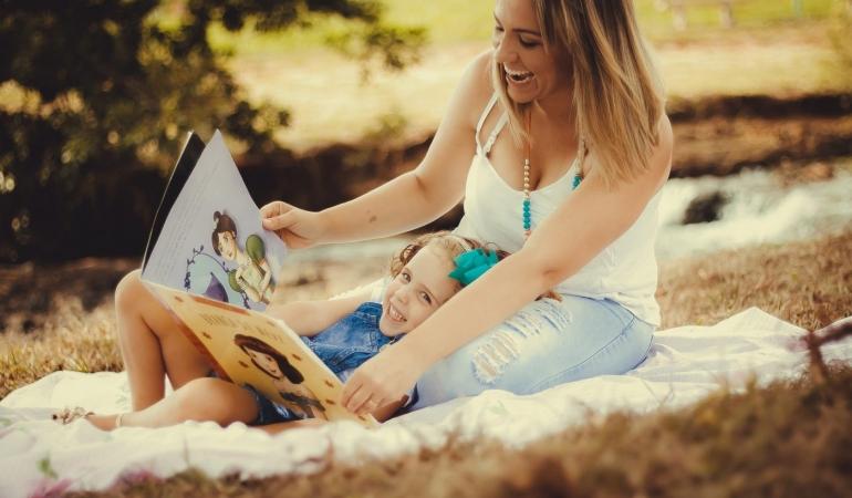 Copiii cărora nu li se citesc povești sunt mai săraci cu un milion de cuvinte. Aflați câte cuvinte învață zilnic un copil
