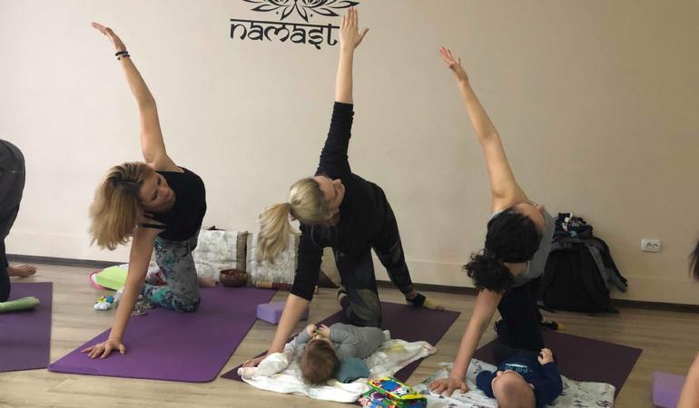 Yoga mama și bebelușul în Timișoara. Socializare și relaxare