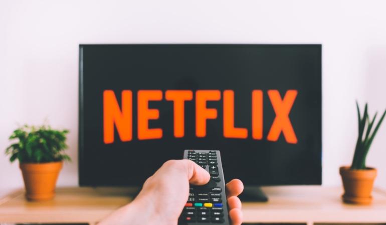 Televiziunea – dependență și consum. Câte ore petrec românii în fața televizoarelor