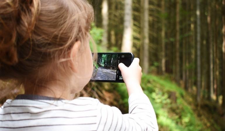 Când pot primi copiii un smartphone? Ce spun părinții, ce sfătuiește psihoterapeutul