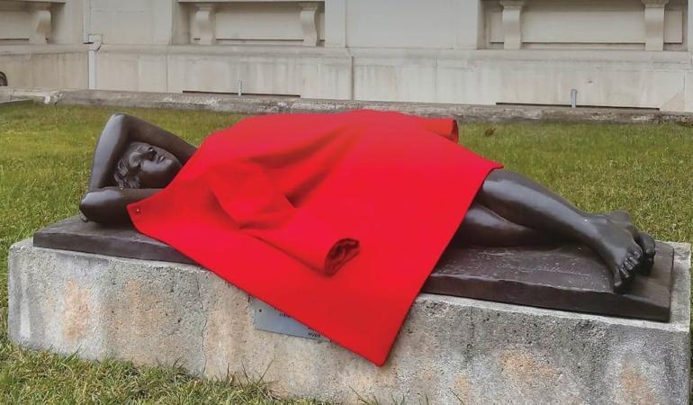 Sculpturi îmbrăcate de la muzeu – mesaj despre oamenii fără adăpost, lecție de altruism pentru copii
