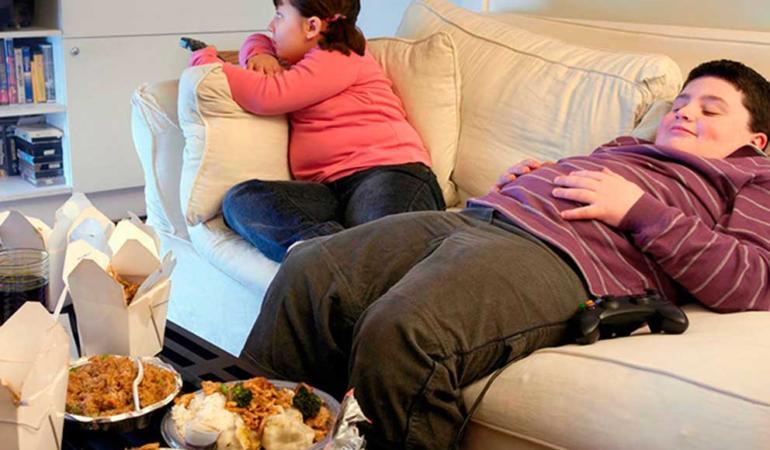 De ce e esențial să nu mâncăm atunci când lenevim la televizor. Specialiștii ne explică