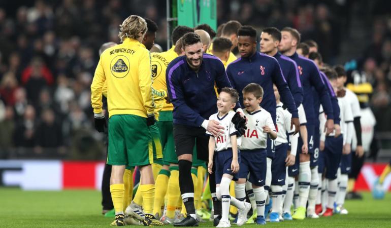 Jucători de fotbal însoțiți de copii pe teren – Afacere profitabilă pentru cluburi