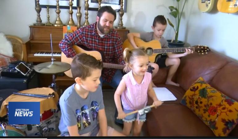 Nu se plictisesc în izolare. O familie cu 3 copii dă super concerte online
