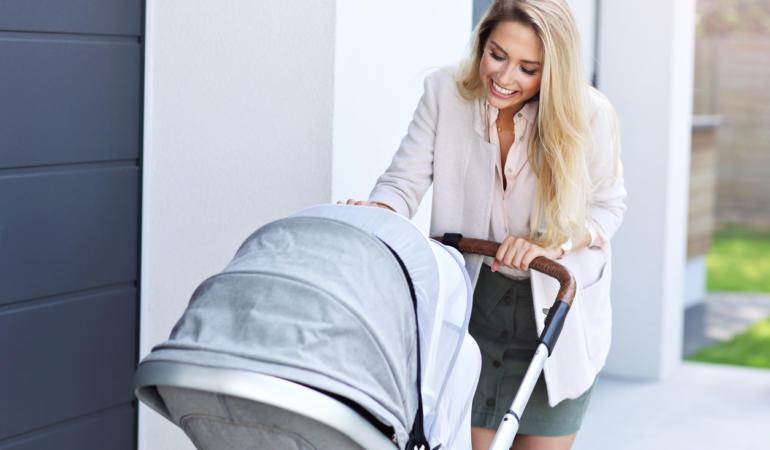 Trucuri pentru a convinge bebeluşul să stea în cărucior