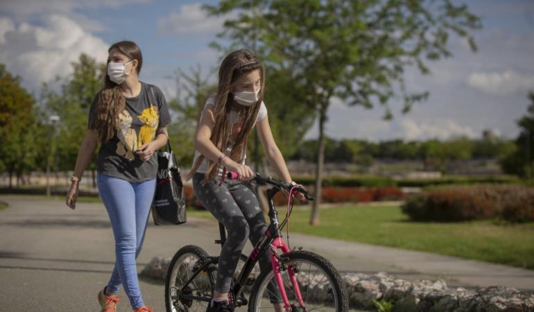 Cu copiii în aer liber în pandemie – 7 sfaturi de la Harvard pentru părinţi şi copii