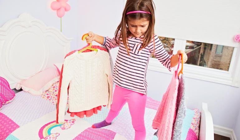 IN TREND. La ce vârstă trebuie să ne alegem singuri hainele din garderobă?