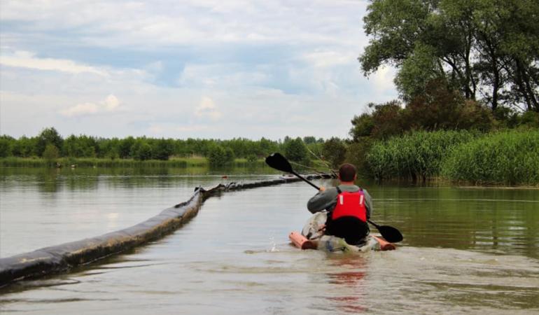 Deșeurile de pe râul Jiu vor fi curățate de o barieră