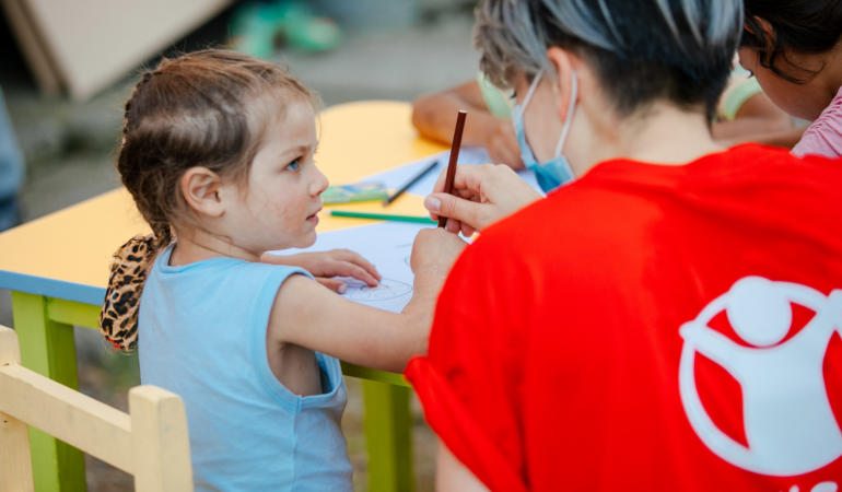 Realitatea românească: 90.000 de copii cu cel puțin un părinte la muncă în străinătate