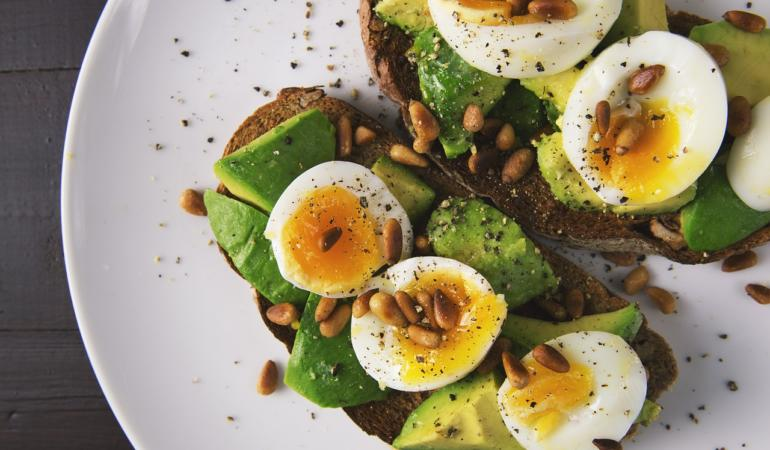 Rețete cochete - Mic dejun cu ou și avocado