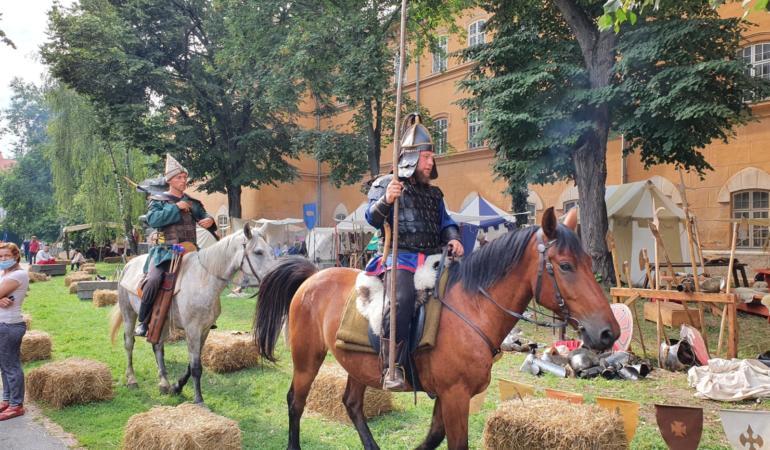 S-au întrecut cavalerii în a doua zi a Festivalului Medieval al Castelului Huniade