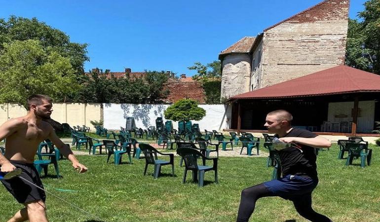 Foc, demonstrații de lupte, scrimă și… cabaret – întâlnire teatrală inedită la Arad