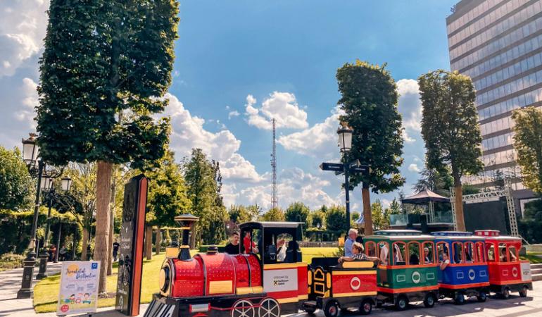 Lumea poveștilor, în parcul Iulius Town: teatru de păpuși și călătorii în carusel ori cu trenulețul distracției
