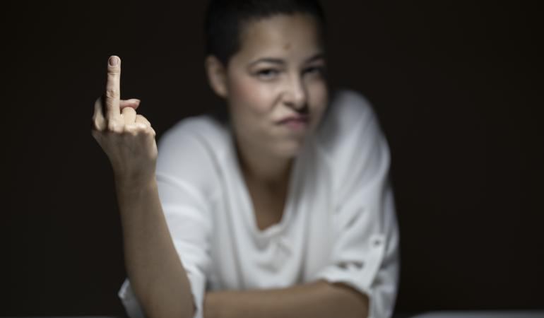 Degetul din mijloc. Istoria unui semn jignitor prezent în toate culturile