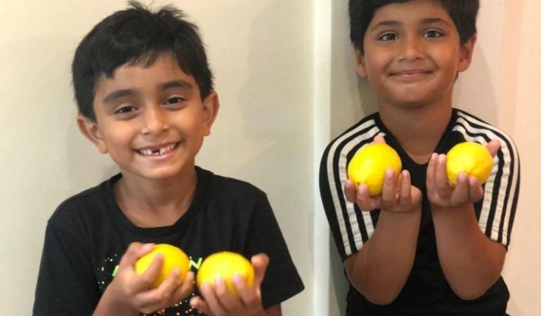 Doi copii vând limonadă pentru refugiații din Yemen