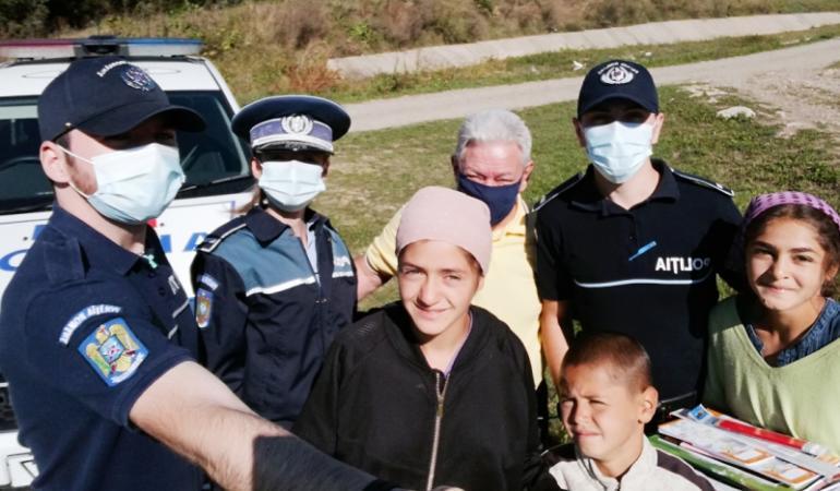Ghiozdane și rechizite din partea polițiștilor suceveni