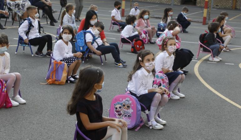 Părinții din mai multe orașe protestează împotriva măștii