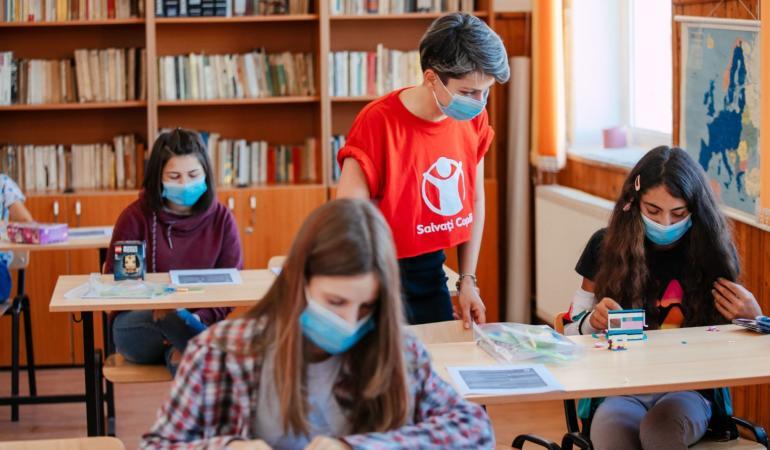 Salvați Copiii se implică în dotarea școlilor