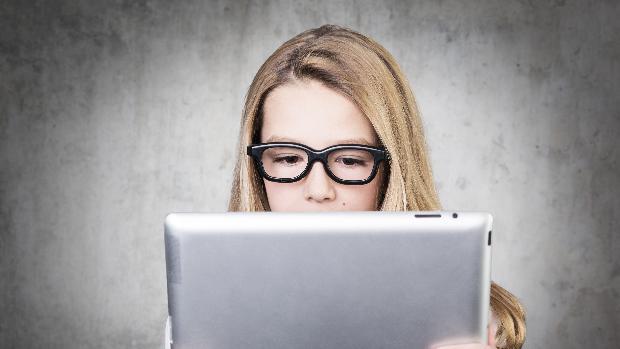 Supraexpunearea la ecrane afectează vederea și rezultatele școlare