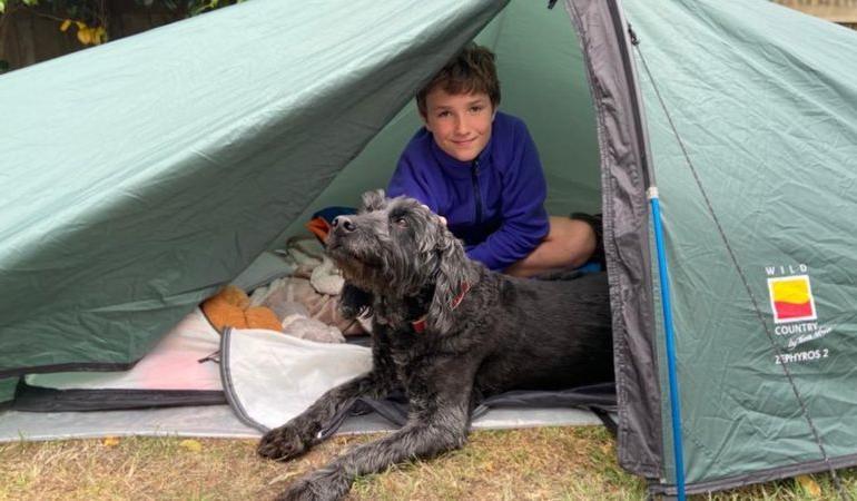tânărul care doarme într-un cort