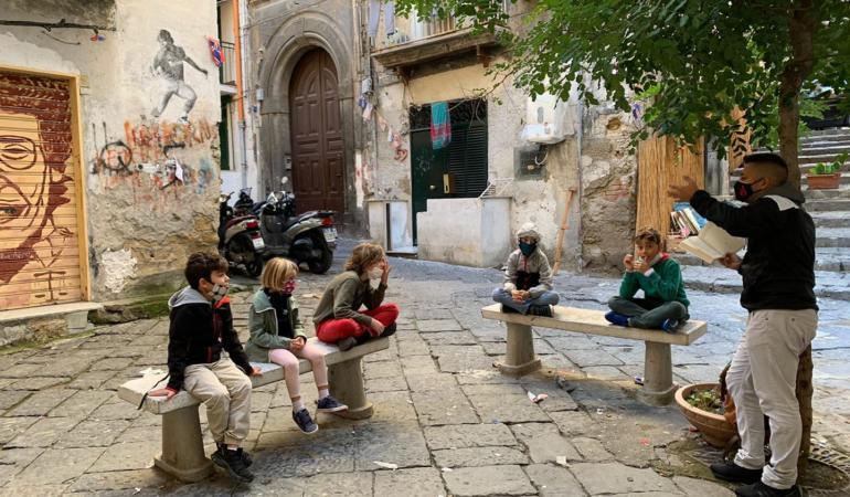 Un învățător din Napoli le predă copiilor de sub balcon