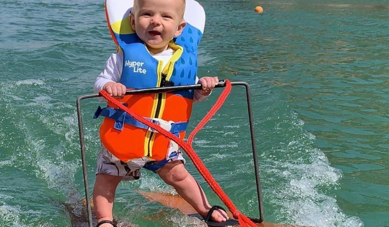 Un bebeluș de numai șase luni face ski nautic