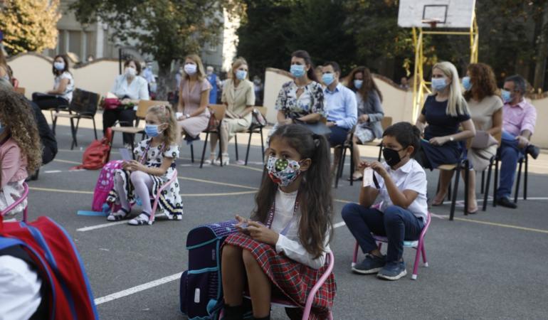 Alertă de COVID-19 în șapte școli din Timiș. Elevi și profesori, la spital. Situație gravă în toată țara