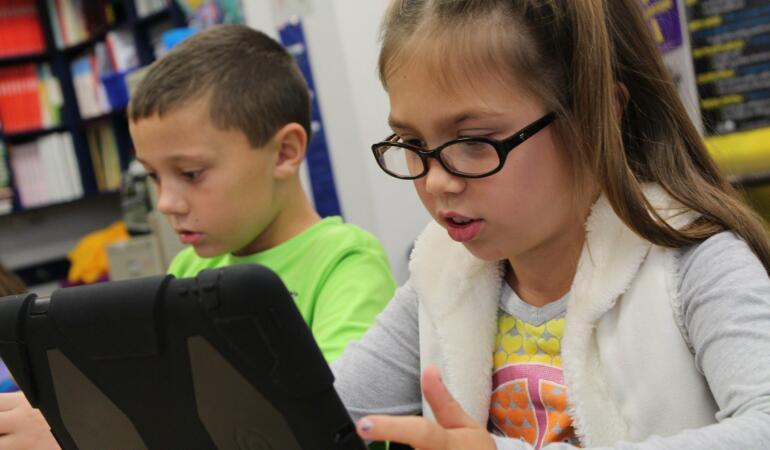 7362 de elevi din Timiș au nevoie de dispozitive pentru a intra la orele online