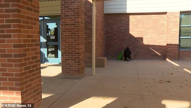 Şcoala online şi accesul la educaţie. Un elev își face lecțiile pe trotuarul de lângă școală