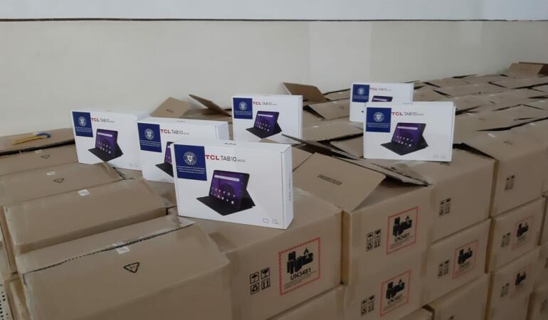 Au ajuns tabletele de la Ministerul Educației. Se distribuie elevilor începând de azi