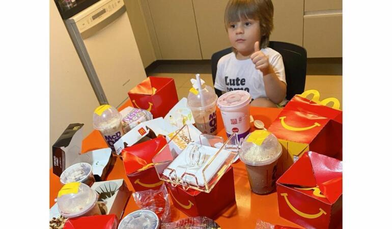 Un băiat de 4 ani și-a comandat produse McDonald's de 100 de dolari