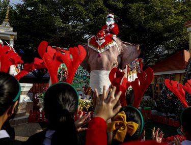 În Thailanda Moșul a ajuns într-un oraș călare pe un elefant