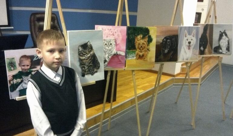 Un băiat de 10 ani își vinde tablourile pentru a ajuta animalele