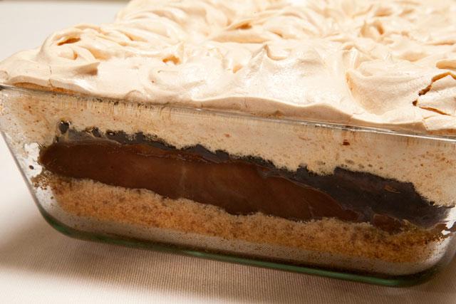 REȚETE COCHETE – Bezea cu ciocolată și biscuiți la cuptor